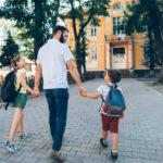 Un solo genitore per accompagnare i piccoli alunni a scuola
